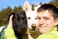 Amigos. Equipe e dois seus cães. fotos de stock