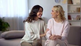 Amigos fêmeas bonitos que riem da casa, tendo o divertimento junto, relacionamento imagens de stock