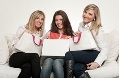 Amigos fêmeas com presentes Fotos de Stock