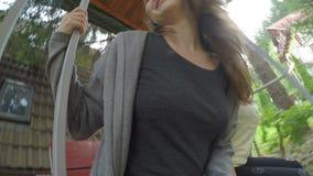 Amigos fêmeas consideravelmente adolescentes que balançam em um balanço no quintal que relaxa e que tem o divertimento - video estoque