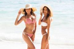 Amigos fêmeas em férias fotografia de stock royalty free