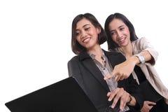 Amigos fêmeas felizes que olham o portátil fotos de stock royalty free