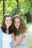 Amigos fêmeas novos em um parque foto de stock