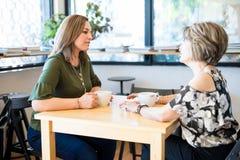 Amigos fêmeas que encontram-se em um café foto de stock royalty free