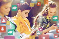 Amigos felices con el ordenador de la PC de la tableta al aire libre Fotografía de archivo