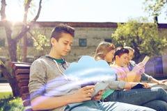 Amigos felices con el ordenador de la PC de la tableta al aire libre Imagen de archivo