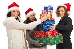 Amigos felices con la pila de regalos de la Navidad Imagen de archivo