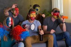Amigos felices con las caras coloreadas foto de archivo libre de regalías