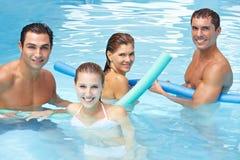 Amigos felices con los tallarines de la nadada en piscina Fotos de archivo libres de regalías