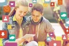 Amigos felices con PC de la tableta al aire libre Fotos de archivo