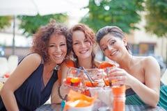 Amigos felices de la chica joven Imágenes de archivo libres de regalías