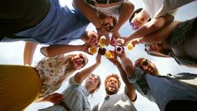 Amigos felices del Grupo de los Ocho que consideran abajo la cámara y tostar almacen de metraje de vídeo