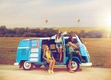 Amigos felices del hippie en coche del minivan en África Foto de archivo libre de regalías