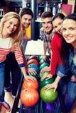 Amigos felices en club de los bolos Fotografía de archivo