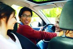 Amigos felices en el coche Fotos de archivo