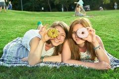 Amigos felices en el parque Imagenes de archivo