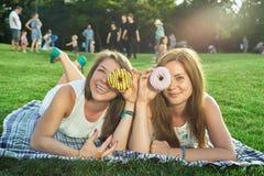 Amigos felices en el parque Foto de archivo
