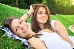 Amigos felices en el parque Fotografía de archivo libre de regalías