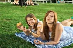 Amigos felices en el parque Imagen de archivo libre de regalías