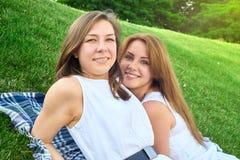 Amigos felices en el parque Imágenes de archivo libres de regalías