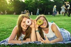 Amigos felices en el parque Foto de archivo libre de regalías