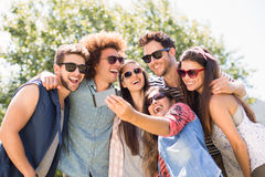 Amigos felices en el parque que toma el selfie Fotos de archivo libres de regalías