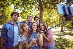 Amigos felices en el parque que toma el selfie Fotos de archivo