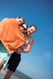 Amigos felices en la playa Fotografía de archivo libre de regalías