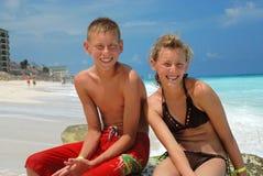 Amigos felices en la playa foto de archivo libre de regalías