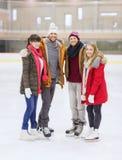 Amigos felices en pista de patinaje Foto de archivo libre de regalías