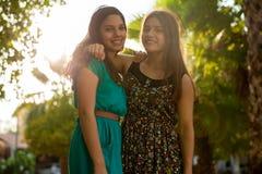 Amigos felices en un día soleado Foto de archivo