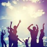 Amigos felices, familia que salta junto divirtiéndose Imagen de archivo