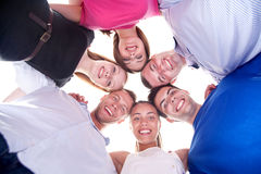 Amigos felices jovenes con las pistas junto en círculo Imagen de archivo