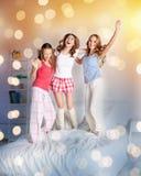 Amigos felices o muchachas adolescentes que se divierten en casa Imagenes de archivo
