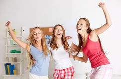 Amigos felices o muchachas adolescentes que se divierten en casa Fotos de archivo libres de regalías