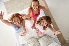 Amigos felices o muchachas adolescentes que se divierten en casa Fotografía de archivo