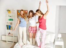 Amigos felices o muchachas adolescentes que se divierten en casa Imagen de archivo