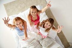 Amigos felices o muchachas adolescentes que se divierten en casa Foto de archivo libre de regalías