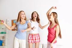 Amigos felices o muchachas adolescentes que se divierten en casa Fotografía de archivo libre de regalías