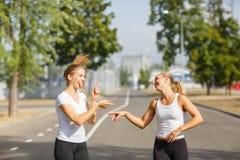 Amigos felices que activan en un fondo borroso Corredores felices de la muchacha Concepto de la actividad Copie el espacio Fotos de archivo