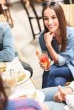 Amigos felices que almuerzan en café Imagen de archivo libre de regalías