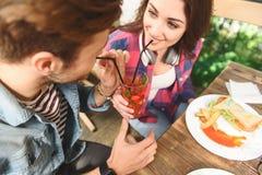 Amigos felices que almuerzan en café Fotos de archivo libres de regalías