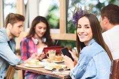 Amigos felices que almuerzan en café Foto de archivo libre de regalías