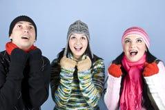 Amigos felices que animan y que miran para arriba Imágenes de archivo libres de regalías
