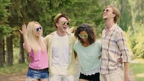 Amigos felices que bromean y que ríen, teniendo fin de semana fresco en el campo, vacaciones de verano metrajes