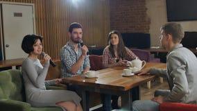 Amigos felices que cantan el Karaoke junto en una barra Foto de archivo libre de regalías