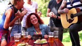 Amigos felices que celebran el cumpleaños de la mujer rizada sorprendida almacen de metraje de vídeo