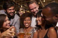 Amigos felices que celebran en un partido en una barra, cierre para arriba Imagen de archivo