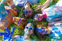 Amigos felices que celebran festival feliz del día de fiesta del holi fotos de archivo