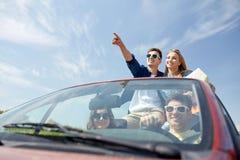 Amigos felices que conducen en coche del cabriolé Foto de archivo libre de regalías